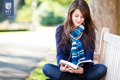 Tranh thủ đọc sách